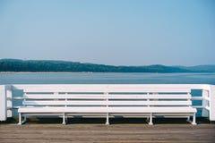 Witte bank op de pijler Stock Fotografie