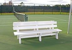 Witte bank op een tennisbaan Stock Foto's
