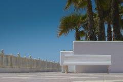 Witte bank tegen witte muur Royalty-vrije Stock Foto's