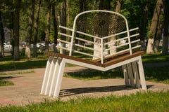 Witte bank voor verzoening in het park stock afbeelding