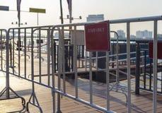 Witte barricade in de stad stock foto's