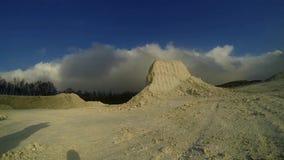 Witte berg met kalkwolken in timelapse stock footage