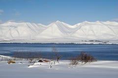 Witte bergen en blauwe fiord royalty-vrije stock afbeeldingen