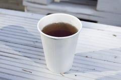 Witte beschikbare kop thee of coffe op houten achtergrond Lativa Royalty-vrije Stock Afbeeldingen