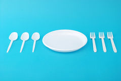 Witte beschikbare schotels, vork en lepel Stock Foto's