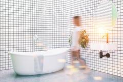 Witte betegelde gestemde badkamershoek Royalty-vrije Stock Foto