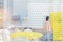 Witte betegelde keuken, gele gestemde koelkast Royalty-vrije Stock Afbeeldingen