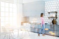 Witte betegelde keuken, grijs countertop zijonduidelijk beeld Stock Foto