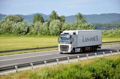 Witte bewegende die Volvo-vrachtwagen aan oplegger wordt gekoppeld op Slowaakse D1 weg wordt gevestigd Stock Foto