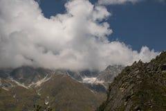 Witte Bewolkte bergen nieuwe mening Stock Afbeeldingen