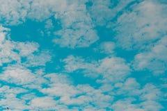 witte bewolkte en blauwe hemel stock foto
