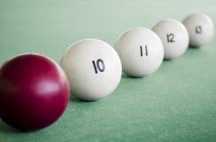 Witte biljartballen en richtsnoerbal voor biljart Een rij van ballen op een poollijst stock foto's