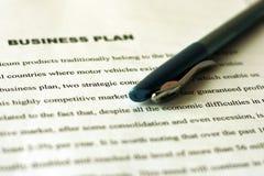 Witte bladen van document met gedrukte teksten op de lijst en een blauwe pen Controle van financiële staten Bedrijfs planning stock afbeeldingen