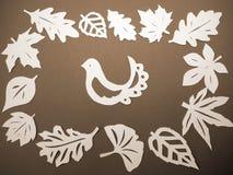 Witte bladeren en vogel. Document knipsel. Royalty-vrije Stock Afbeeldingen