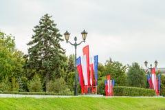 Witte, blauwe en rode vlaggen op de straten van Samara in de feestelijke dag Russische provincie Royalty-vrije Stock Fotografie