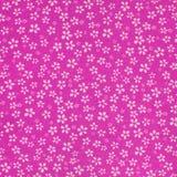 Witte bloemen die op roze kleren afdrukken Royalty-vrije Stock Afbeeldingen