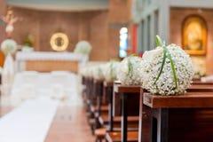 Witte bloemen in kerk Stock Foto