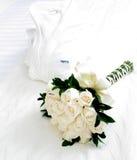 Witte bloemen met ochtendjas Stock Foto's