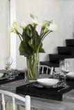 Witte bloemen op de lijst Royalty-vrije Stock Foto's