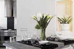 Witte bloemen op de lijst Royalty-vrije Stock Afbeeldingen
