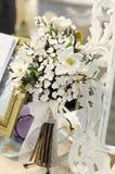 Witte bloemen op lijst Royalty-vrije Stock Fotografie