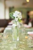Witte bloemen in vaas Royalty-vrije Stock Afbeeldingen