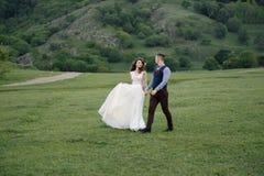 Witte bloemendecoratie tijdens openluchthuwelijksceremonie stock afbeelding