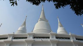 Witte Boeddhismepagoden met Blauwe Hemel Stock Foto's