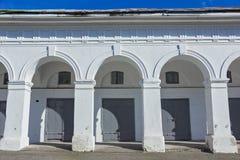 Witte bogen Grijze poorten en vensters Royalty-vrije Stock Fotografie