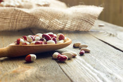 Witte bonen op een houten lijst Stock Foto