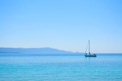 Witte boot alleen in het overzees stock fotografie