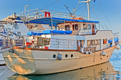 Witte boot bij pijler Stock Foto's