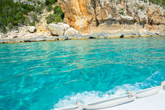 Witte boot door de kust in Orosei-Golf Royalty-vrije Stock Afbeeldingen