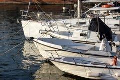 Witte boot in haven stock afbeeldingen