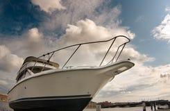 Witte boot tegen de blauwe hemel royalty-vrije stock afbeelding