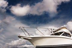 Witte boot tegen de blauwe hemel stock fotografie