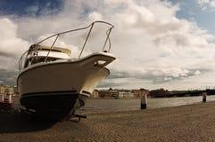Witte boot tegen de blauwe hemel stock foto's