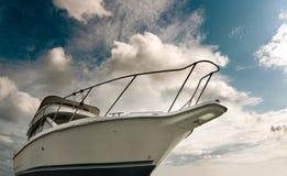 Witte boot tegen de blauwe hemel royalty-vrije stock afbeeldingen