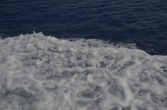 Witte borrelende golf op het blauwe water van de Middellandse Zee stock foto's