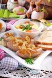 Witte borscht en geroosterde worst op Pasen-lijst stock fotografie