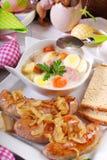 Witte borscht en geroosterde worst op Pasen-lijst stock foto's