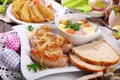 Witte borscht en geroosterde worst op Pasen-lijst stock foto