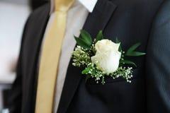 Witte boutonniere op het kostuum van bruidegom Royalty-vrije Stock Fotografie