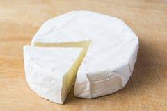 Witte Briekaas op de keukenraad royalty-vrije stock afbeeldingen
