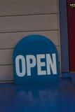 Witte Brieven op Blauw Open Teken Royalty-vrije Stock Foto's