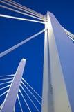 Witte brug onder blauwe hemel Royalty-vrije Stock Afbeeldingen