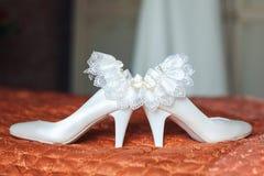 Witte bruidenschoenen en kouseband Stock Afbeelding