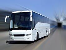 Witte bus in motie stock foto's