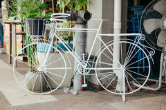 Witte bycycle met watertank en groen blad royalty-vrije stock fotografie