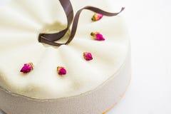 Witte cake met chocoladesuikerglazuur, voedselclose-up royalty-vrije stock afbeelding